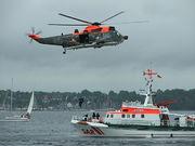 Zusammenarbeit zwischen SAR-Helikopter und einem Rettungskreuzer