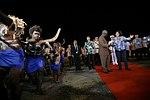 11.01 總統抵達索羅門群島,在蘇嘉瓦瑞總理陪同下,步行經過排笛舞群 (37379383264).jpg