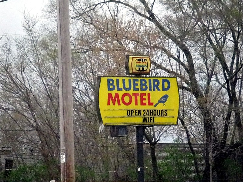 File:20110510 19 Bluebird Motel, Kenosha, Wisconsin (6009776599).jpg