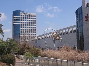Ramat Aviv Mall - Ramat Aviv Mall and the office building above it