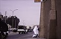 ASC Leiden - van Achterberg Collection - 13 - 35 - Une femme en blanc sur la route principale de Beni Isguen - Ghardaïa, Mzab, Algérie - Avril-mai 1981.jpg