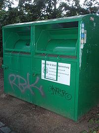 """Altkleider-Container, Firma unbekannt, Aufkleber: """"Genehmigte Sammlung Berlin"""", Farbe: grün"""