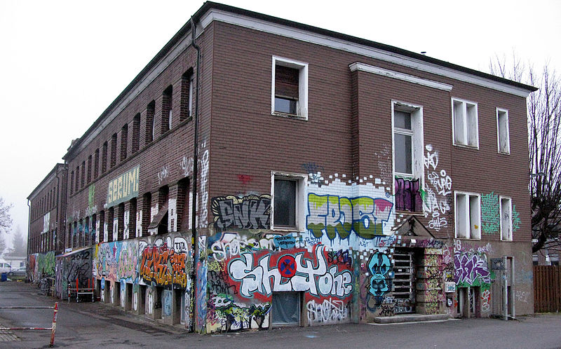 File:Autonomes Zentrum KTS auf dem Bahnbetriebsgelände in Freiburg.jpg