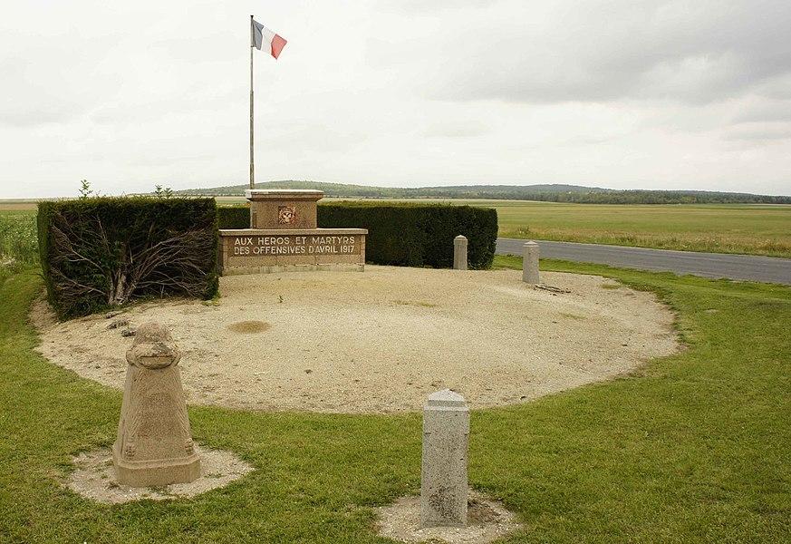Monument à la VIIIe armée élevé en 1957, il est entouré de bornes en hommage aux régiments n° 85 RI, 95 RI, 27 RI, 1 RAC, 37 RAC; il se trouve sur la D931 voie de la Liberté entre Prosnes et Prunay.
