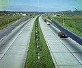 Az M1-M7-es autópálya közös szakasza a benzinkútnál a Károly Király utcai felüljáróról nézve. Fortepan 94780.jpg