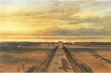 Panorama d'une bataille avec, au premier plan, à gauche, au centre et à droite, des soldats français progressant vers la ville, au deuxième plan.