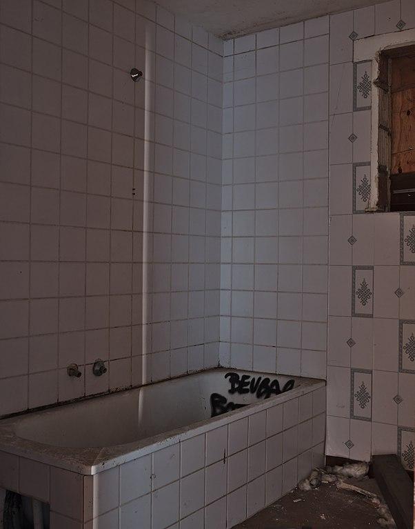 file:bathtub in an abandoned house, doel, belgium (dscf3794)