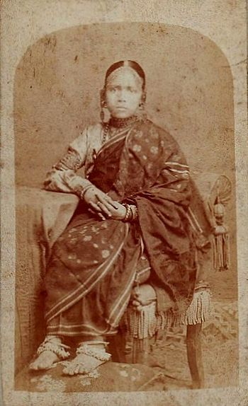 English: Young girl wearing Bengali Sari.