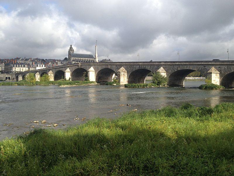 Sicht auf die Loirebrücke und im Hintergrund die Kathedrale Saint-Louis von Blois
