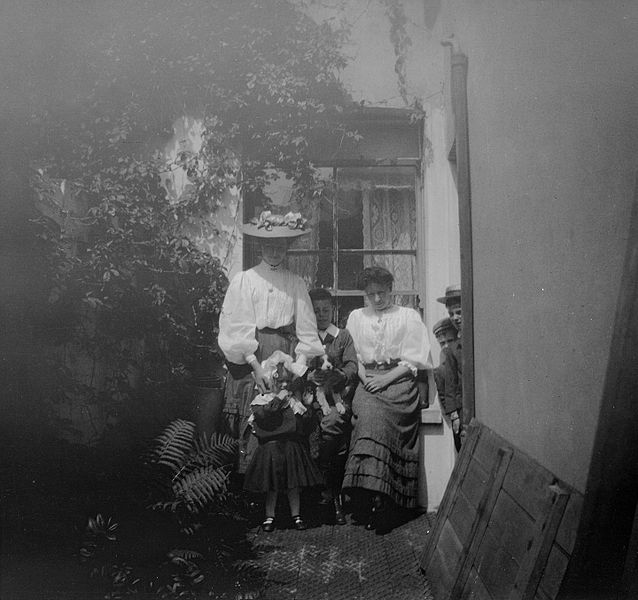File:Brebner family (15490538198).jpg