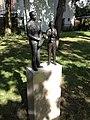"""Bronzen beeld Ruud Brink en Ray """"Deetje"""" Kaart in Egelantiertuin, Haarlem.jpg"""