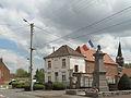 Bruille Saint Amand, oorlogsmonument met kerktoren op achtergrond foto2 2013-05-09 13.29.jpg