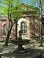 Brunnen unter den Linden an der Friedrichschule Durlach - panoramio.jpg