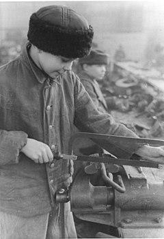 Bundesarchiv Bild 183-H26334, Berlin, 14-jähriger Ukrainer Zwangsarbeiter.jpg