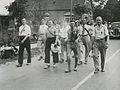 Burgerdeelnemers op het parcours van 55 km onderweg op de eerste dag van de 28e – F40925 – KNBLO.jpg