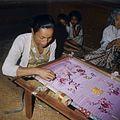 COLLECTIE TROPENMUSEUM Een borduurster aan het werk TMnr 20018428.jpg