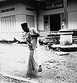 COLLECTIE TROPENMUSEUM Een man veegt de straat aan TMnr 20000253.jpg