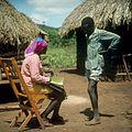 COLLECTIE TROPENMUSEUM Onderzoekster Rose neemt een interview af voor het K.I.T. Medical Research Centre in Nairobi TMnr 20038746.jpg