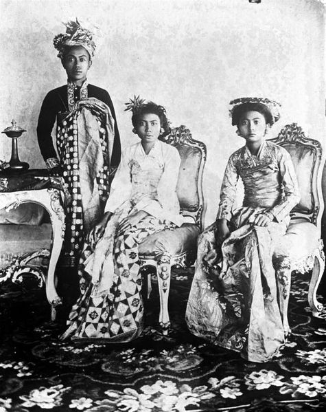 Berkas:COLLECTIE TROPENMUSEUM Portret van Gusti Bagus Djilantik Stedehouder van Karangasem met twee van zijn echtgenotes TMnr 10018716.jpg