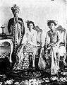 COLLECTIE TROPENMUSEUM Portret van Gusti Bagus Djilantik Stedehouder van Karangasem met twee van zijn echtgenotes TMnr 10018716.jpg