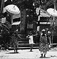 COLLECTIE TROPENMUSEUM Scene uit een Barong- en Krisdans in het voorhof van de dorpstempel TMnr 20000302.jpg