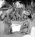 COLLECTIE TROPENMUSEUM Twee Balinese meisjes tijdens een dansscene TMnr 10004729.jpg