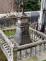 Cemiterio vello de Mondoñedo. Cruceiro tumba.jpg