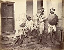 Quatre hommes rajputs en armes.