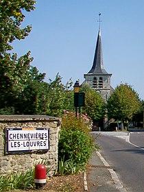 Chennevières-lès-Louvres (95), rue de Louvres, vue sur l'église 2.jpg