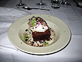 Chokoladekage med vanilleis, ristede hasselnødder, tørrede solbær og estragonsukker (5561679320).jpg