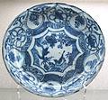 Cina del sud, bottega jingdezhen, piatto in porcellana, xvii sec.JPG
