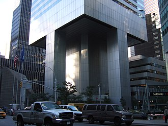 Citigroup Center - Base of the Citigroup Center. St. Peter's Evangelical Lutheran Church is visible on the left-hand-side below the skyscraper, the location of which necessitated the unusual column locations.