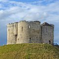 Clifford's Tower, York (19868205915).jpg