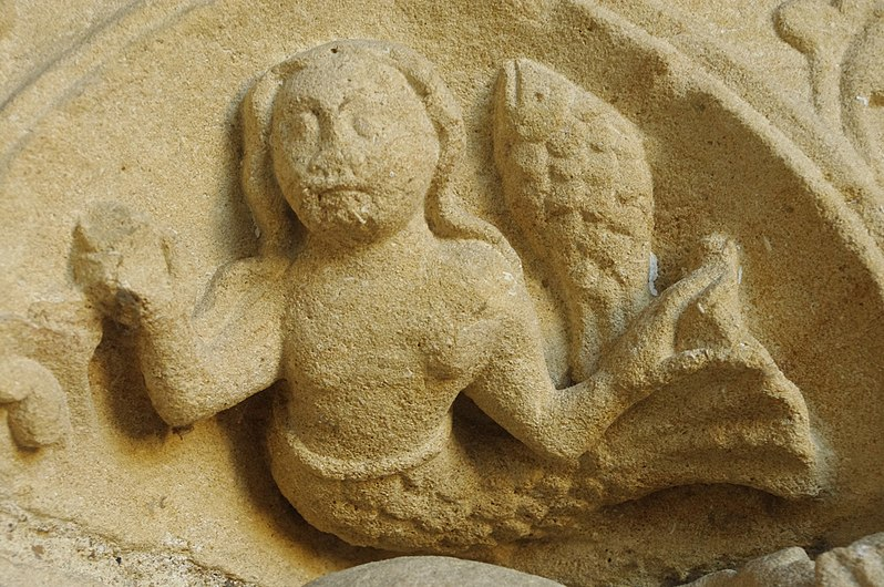 Collégiale de Candes Saint-Martin sirène sculptéé du portail.jpg