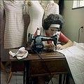 Collectie Nationaal Museum van Wereldculturen TM-20029639 Naailes op Huishoudschool Mater Dei Aruba Boy Lawson (Fotograaf).jpg