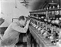 Controle van de zaagmachines bij Van Moppes in Amsterdam, Bestanddeelnr 252-0345.jpg
