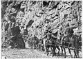 Convoi de ravitaillement à 2000m, sur une route construite en un mois par le Génie italien, dans les rochers des Dolomites - Médiathèque de l'architecture et du patrimoine - AP62T019208.jpg