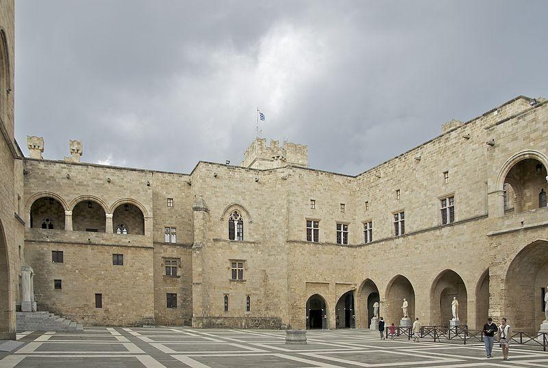 Cour palais grand ma%C3%AEtre Rhodes.jpg