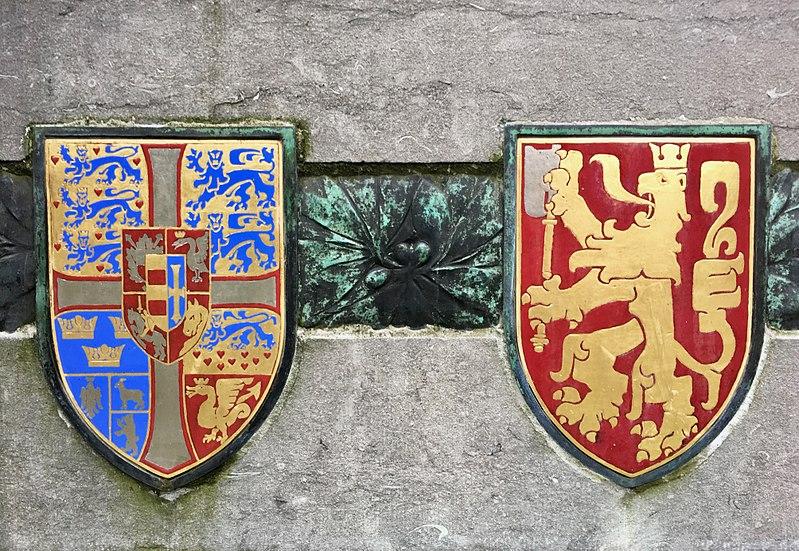 File:Danmark- og Norges våben på van Eyckskulptur i Gent.jpg