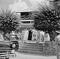 De koningin verlaat het hospitaal in Julianadorp, Bestanddeelnr 252-4450.jpg