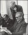 Debat Loonnota in de Tweede Kamer. Minister Roolvink lezen. Aan de telefoon mini, Bestanddeelnr 093-0057.jpg