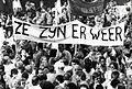 Demonstratie op het Binnenhof in Den Haag tegen de komst van de centrumpartij in de Tweede Kamer. In beeld een groot spa - SFA007001062.jpg