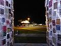 Documenta 14 Der Parthenon der Bücher bei Nacht 07.jpg