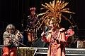 Dorothea Schürch und Chris Regn in der Show «Let's sing Arbeiterin*» von Les Reines Prochaines und Freundinnen*.jpg