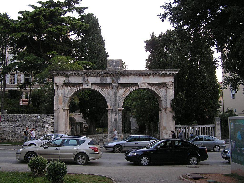 La hermosísima Porta Gemina, también conocida como Puertas Gemelas, data del siglo II d.C.