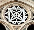 Duomo di firenze, medaglioni intarsiati in marmi nei timpani delle finestre sui fianchi 17,1.jpg