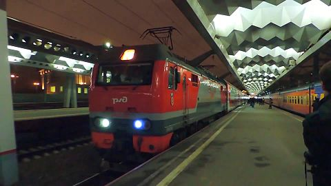 Файл:EP2K-226 with double-decker train, St Petersburg — Moscow.webm