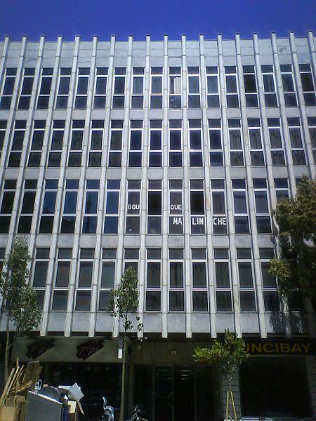 File edificio en plaza wikimedia commons for Plaza uncibay