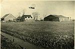 Een Junkers 52 transportvliegtuig scheert in de winter van 1940 op 1941 laag over Schiphol.jpg