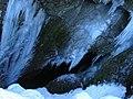 Eiszapfen bei der Eingangshöhle zur Hundlochquelle am Wägitalersee - panoramio.jpg